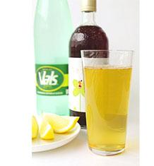 エッセンシア酵素の炭酸割り レモンを絞るとさらに爽やかに飲みやすくなります。